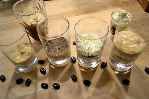 Kaffee-Karamell Mousse schichten