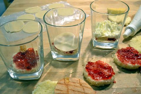 Marzipantorte schichten im Glas